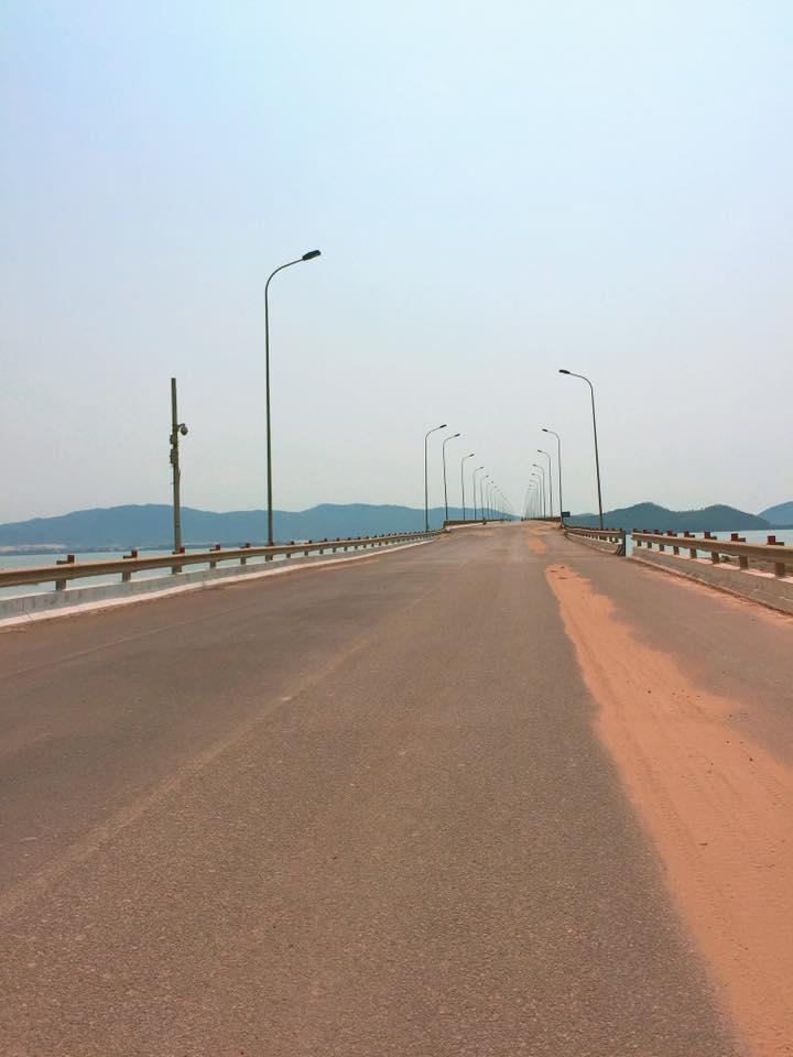 Kỳ Co thuộc huyện Nhơn Lý, cách thành phố Quy Nhơn khoảng 25km, chỉ có một đường thẳng để đến Kỳ Co nên bạn không sợ lạc, dọc đường có nhiều biển báo chỉ dẫn.
