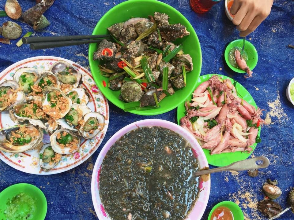 Sau khi tắm biển và lặn ngắm san hô, Uyên và bạn của mình ăn trưa tại đây với đồ hải sản rất ngon và tươi.