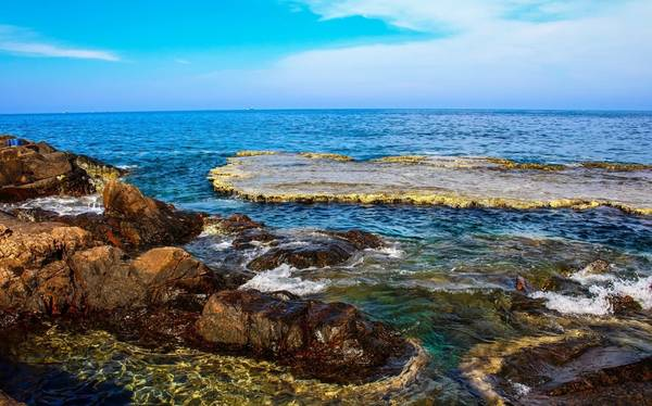 Ninh Thuận có một địa điểm mà dân mạng truyền nhau rằng nhất định phải đặt chận đến một lần trong đời - Hang Rái, và bãi san hô cổ mà thường người ta chỉ gọi chung là Hang Rái. Hang Rái thuộc xã Vĩnh Hải, huyện Ninh Hải, tỉnh Ninh Thuận.