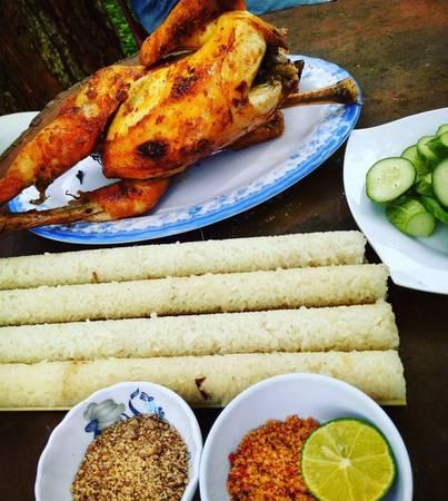 Cơm lam và thịt gà nướng Măng Đen là đặc sản nổi tiếng của vùng. Ảnh:vien_travel_tips