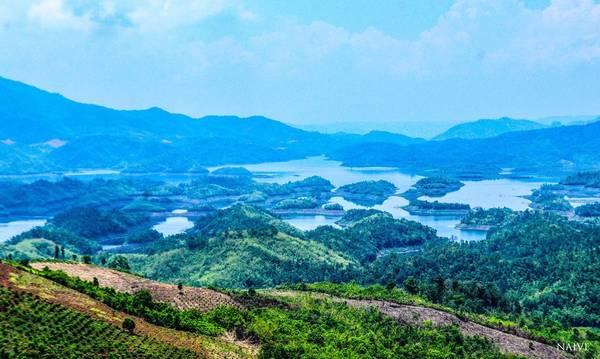 Hồ Tà Đùng vốn là một vùng thung lũng bên núi Tà Đùng, có con sông Đạ Dâng chảy qua. Các dự án thủy điện đã biến thung lũng bên núi này trở thành hồ nước rộng mênh mông, mà có lẽ những người quy hoạch dự án cũng không ngờ về vẻ đẹp mà hồ Tà Đùng mang đến cho cảnh quan Đắk Nông.
