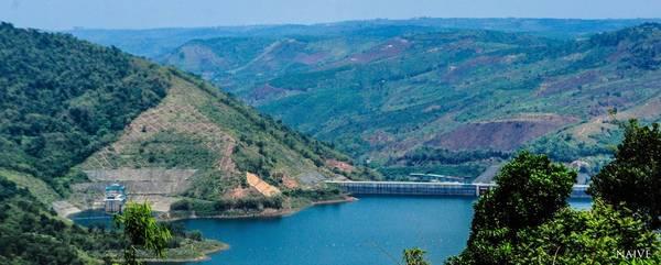 Đập thủy điện dường như quá nhỏ bé trước khung cảnh thiên nhiên hùng vĩ.