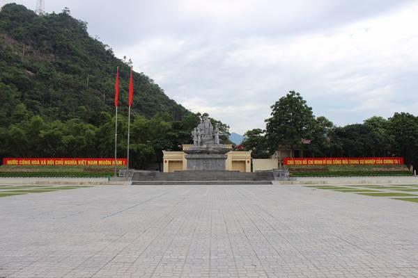 Đến với Hà Giang, bạn không chỉ nhìn thấy những thửa ruộng bậc thang, mà nơi đây còn giúp bạn khám phá một công viên địa chất - Cao nguyên đá Đồng Văn hùng vĩ bên cạnh những cung đường đèo uốn lượn đẹp mắt.