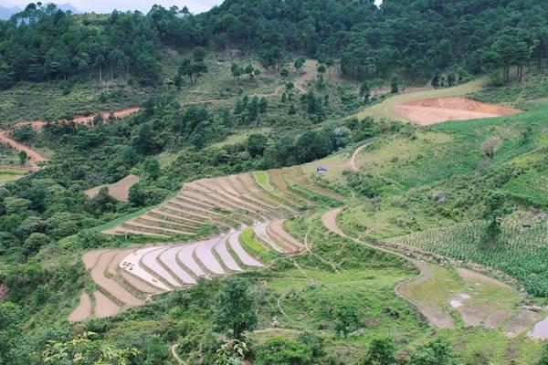Từ Hà Nội hoặc Lào Cai di chuyển đến Hà Giang khoảng 6 giờ. Nếu bạn có ý định phượt Sa Pa thì cách 2 sẽ tiện nhất. Tuy cung đường này ngắn hơn khởi hành từ Hà Nội nhưng do địa hình đồi núi nên di chuyển mất thời gian tương đương nhau.