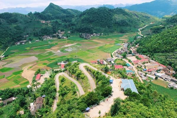 Thị trấn Quản Bạ cách trung tâm 50 km, nhìn ra núi đôi Cô Tiên.