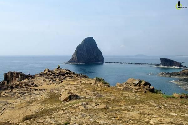 Bao quanh Hòn Yến là một cụm thắng cảnh biển. Ngoài Hòn Sụn kế bên thì quang cảnh nơi đây có thể chia làm 3 phần. Ở đó trung tâm chính là dãy núi đá vươn mình ra ngoài khơi sát Hòn Yến nhất, có tên gọi Gành Yến.