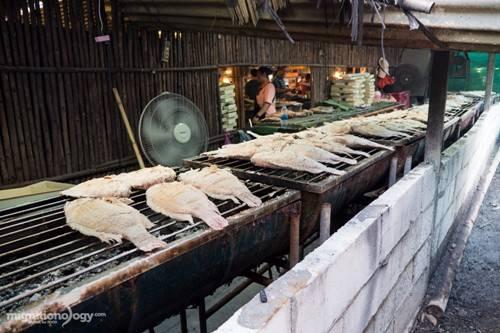 Pla pao - cá nướng muối ở chợ nổi Khlong Lat Mayom. Ảnh: migrationology