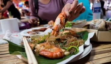khach-my-goi-y-mon-ngon-o-cho-noi-bangkok-ivivu-2