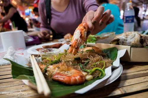 Đối với thực khách mê tôm thì goong ob woon sen là món không thể bỏ qua. Ảnh: migrationology.