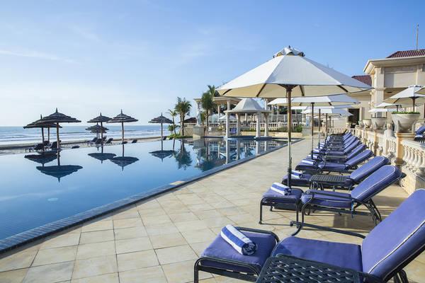 Quanh khu vực hồ bơi được bố trí nhiều ghế dài để du khách thư giãn, tắm nắng.