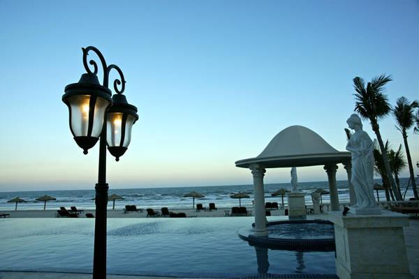 Vừa bơi vừa nhìn ngắm khung cảnh biển lãng mạn.