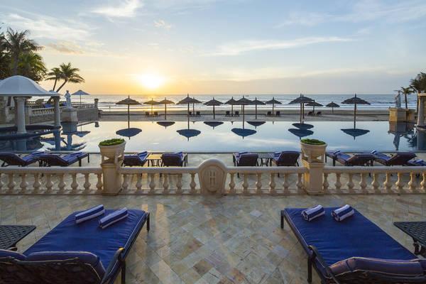 Bên cạnh hồ bơi trong khu vườn thì khách sạn cũng có khu vực hồ bơi sát biển cực sang trọng.