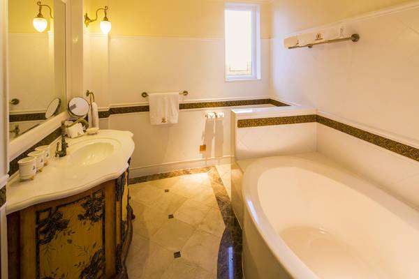 Phòng tắm sạch sẽ với các vật dụng được làm một cách tinh xảo.