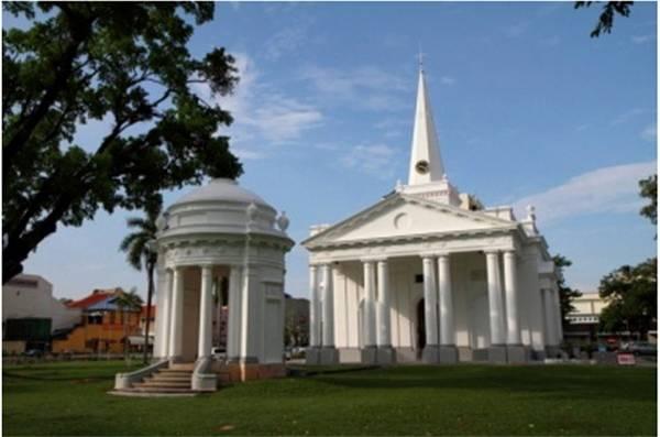 Penang là hòn đảo có sức hút kỳ lạ từ sự bình yên, còn riêng George Town là khu phố cổ minh chứng cho tính đa văn hóa dọc theo chiều dài lịch sử Penang. Trong hình là nhà thờ Thánh George, một trong những nhà thờ mang phong cách châu Âu cổ nhất Đông Nam Á, được xây dựng từ năm 1818.