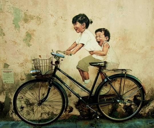 Tranh vẽ trên tường kết hợp với chiếc xe đạp thật tạo nên hình ảnh 3D sống động. Đây là bức tranh nổi tiếng nhất George Town nên du khách không nên bỏ qua việc chụp hình check-in.