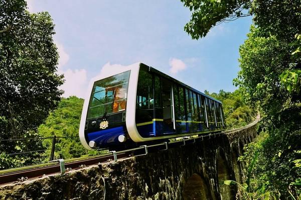 Tàu điện hiện đại đưa đón du khách tham quan đồi Penang, tàu hoạt động từ 6h30 đến 23h hàng ngày.