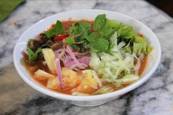 Penang được xem là nơi khởi nguồn của rất nhiều món ăn mang đậm hương vị Malaysia. Có những khu ẩm thực địa phương như khu Gurney Drive chuyên bán các món có nguồn gốc hải sản. Hokkien mee là món mì ăn sáng được yêu thích ở Penang, Hokkien mee hấp dẫn bởi những sợi mì trứng ăn với thịt gà, thịt lợn, tôm và nước dùng ngọt lịm từ xương hầm.