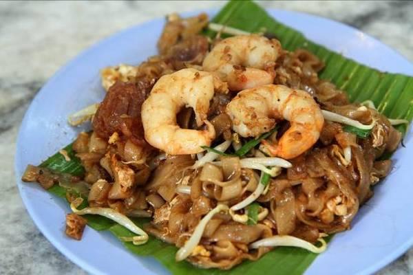 Char kway teow là mì xào với tôm, trứng, tương ớt, sò huyết và hẹ.