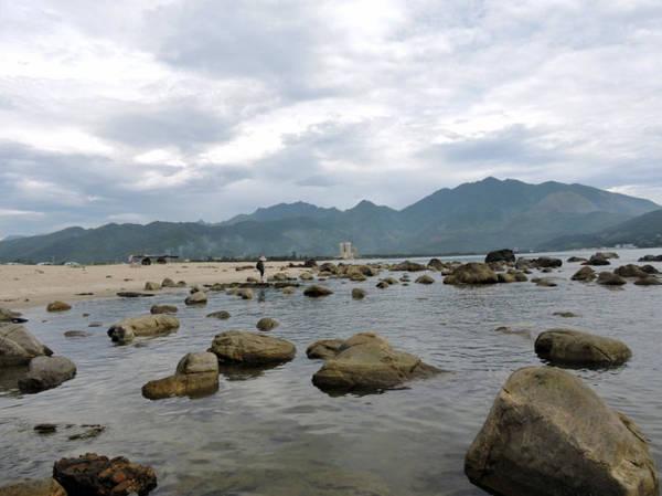 Rạn Nam Ô nằm bên bãi cát dài trắng mịn ven biển - Ảnh: T.Ly