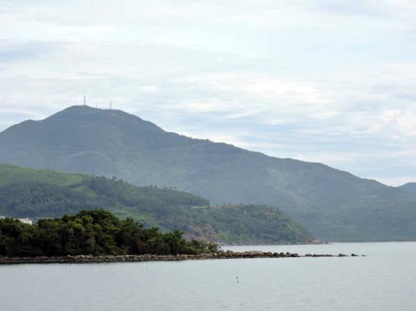 Toàn cảnh rạn Nam Ô nhìn từ khu du lịch Xuân Thiều - Ảnh: T.Ly
