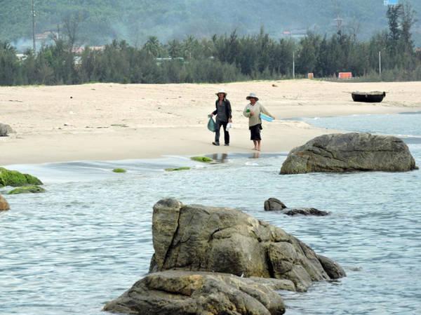 Bờ biển cát trắng mịn như tăng thêm nét duyên cho rạn Nam Ô - Ảnh: T.Ly