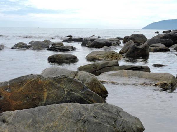 Khi sóng lùi dần lại để lộ những tảng đá to nằm tĩnh lặng, hiền hòa mang nét phong trần của thời gian đầy quyến rũ - Ảnh: T.Ly
