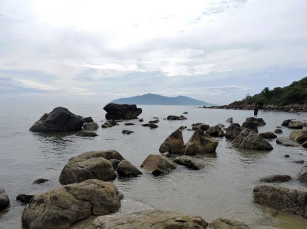 Thấp thoáng bóng đảo Sơn Trà nhìn từ rạng Nam Ô - Ảnh: T.Ly