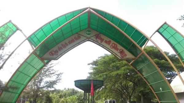 Từ TP HCM, đi khoảng 100 km về phía tây với hơn 2 giờ đi xe dọc theo tuyến đường QL N2, sau đó rẽ phải vào đường QL 62, đi thẳng khoảng 35 km, bạn đã đến được khu du lịch Làng nổi Tân Lập thuộc huyện Mộc Hóa, tỉnh Long An. Phí vào cổng là 50.000 đồng. Khách sẽ được nhận một chiếc mũ, một chai nước, khăn lạnh và được vận chuyển vào rừng.
