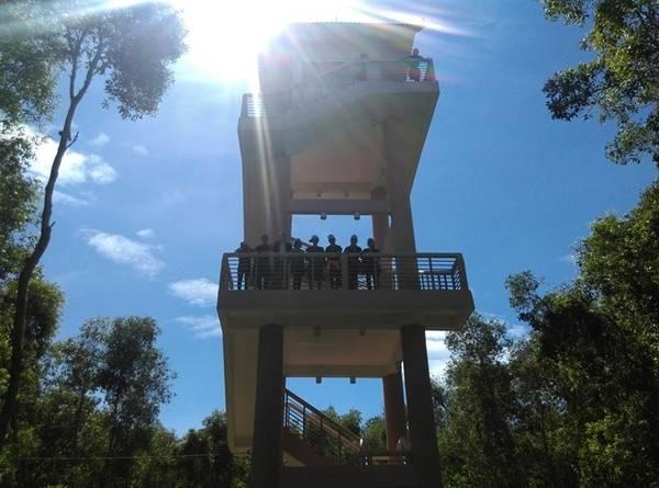 Vào sâu một chút bạn sẽ gặp tiếp một tháp canh có độ cao tương đương với tháp canh mà bạn gặp lúc đầu tiên.