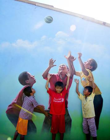 Hình ảnh trẻ con làng chài Trung Thanh cũng được tái hiện sinh động trên những bức tường. Ảnh: Tiến Hùng