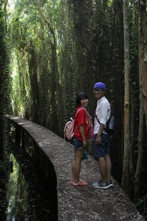 Du thách thíchthú chụp hình kỷ niệm cùng con đường xuyên rừng tràm.Ảnh: Kim Lộc