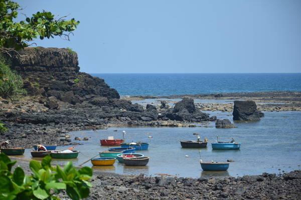 Đến vùng biển này, du khách sẽ được nghe những câu chuyện kể về vùng đất từ chính người dân bản địa - Ảnh: T.Vân