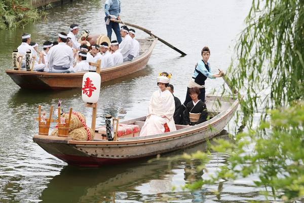 Ngoài ra, tại Itako, nơi tự hào có lịch sử lâu dài gắn liền với nguồn nước, du khách sẽ được xem t iết mục cô dâu về nhà chồng trên thuyền c hèo tay- phương tiện giao thông truyền thống.