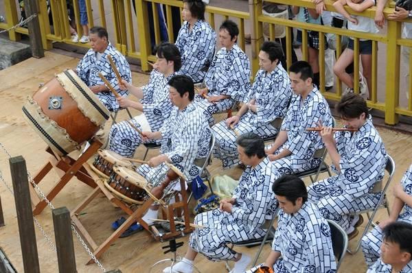 Lễ hội có các hoạt động văn hóa đặc sắc phục vụ du khách.