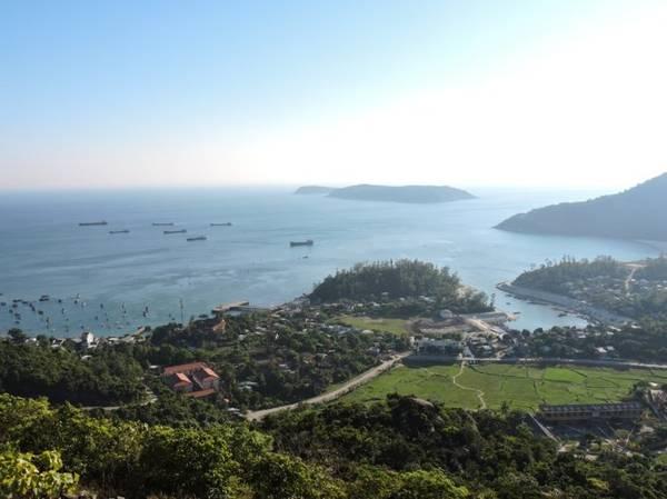 Hòn Lao phong cảnh hữu tình, một bên núi, một bên biển - Ảnh: THANH LY