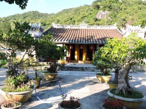 Chùa Hải Tạng - điểm nhấn nổi tiếng của hòn Lao - Ảnh: THANH LY