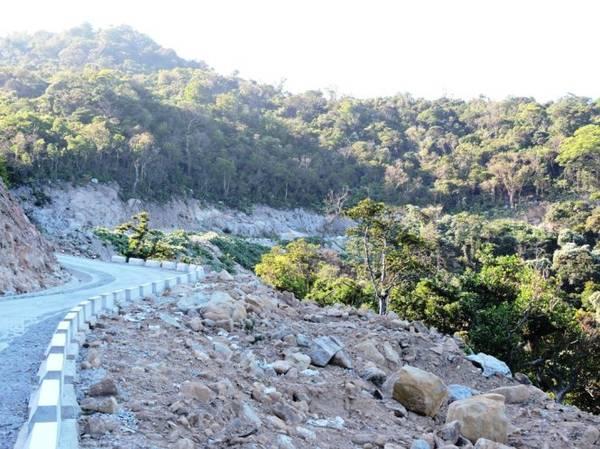 Con đường bêtông dốc khúc khuỷu giúp dân phượt khám phá vẻ đẹp phía sau hòn Lao - Ảnh: THANH LY