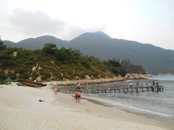 Bãi biển sạch đẹp, hoang sơ là nơi du khách tha hồ đắm mình trong làn nước xanh biếc - Ảnh: THANH LY