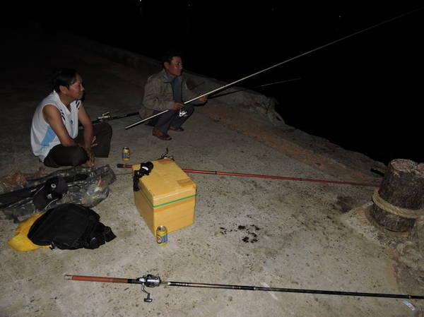 Du khách trải nghiệm câu mực, câu cá đêm trên hòn Lao - Ảnh: THANH LY