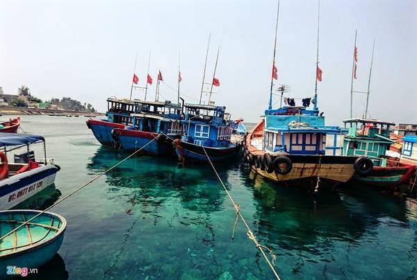 Đảo Lý Sơn, hay còn gọi là Cù Lao Ré, vốn là một miệng núi lửa đã tắt, có sức hút vô cùng mãnh liệt đối với bất cứ ai đam mê du lịch và thích khám phá. Trong hình là tàu bè của ngư dân neo đậu ở cảng, phía dưới là làn nước trong veo.
