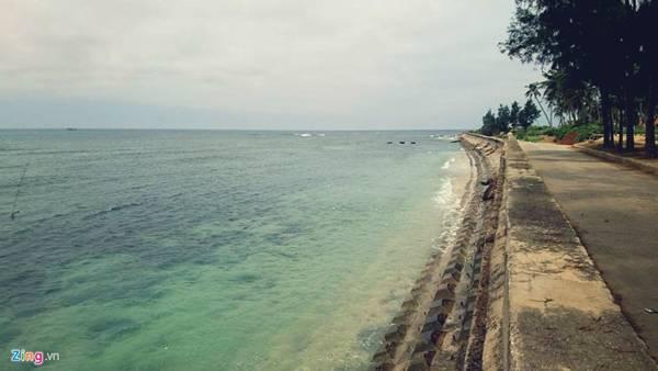 """Một góc đê biển ở đảo Lý Sơn. Cách Quảng Ngãi 40 km đường biển, đảo Lý Sơn không chỉ nổi tiếng là """"vương quốc hành tỏi"""", mà còn là một địa chỉ du lịch bỏ túi cho các tín đồ mê xê dịch."""