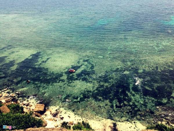 Khung cảnh hùng vĩ với những rạn san hô và tảo biển nhìn từ đỉnh Thới Lới.