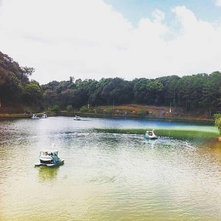 Một hồ nước trong xanh nằm trên núi. Ảnh:theodora.nguyen