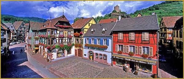 Đường Tướng De Gaulle có lâu đài hoàng gia ở trung tâm lịch sử Kaysersberg - Ảnh: photos-alsace-lorraine