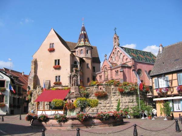 Lâu đài, nhà thờ, đài nước ở quảng trường Leon IX ở Eguisheim - Ảnh: viajeuniversal