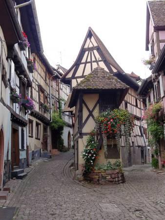 Đường phố nhỏ hẹp với những ngôi nhà từ thời Trung cổ ở Eguisheim - Ảnh: wiki