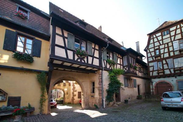 Một quán rượu cũ có tuổi đời hàng trăm năm ở Riquewihr - Ảnh: wiki