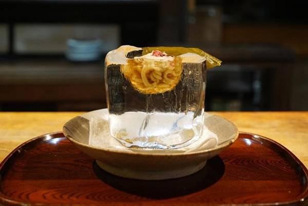 Du lịch Nhật Bản thưởng thức món mì nóng đựng trong đá lạnh