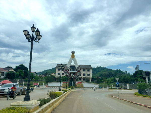 Biểu tượng Suan Keo Lak Meung của Sầm Nưa - Ảnh: Băng Giang