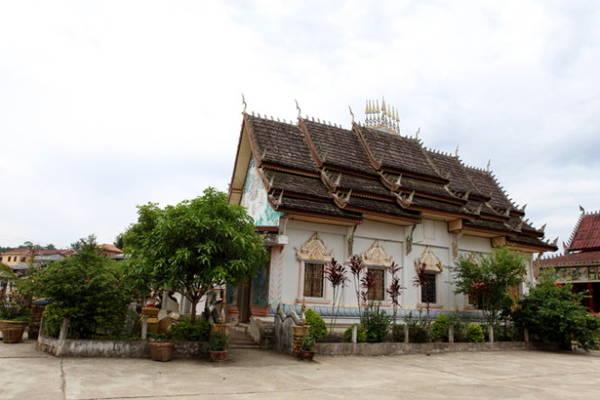 Một ngôi chùa với kiến trúc điển hình của Lào, gợi nhớ đến Wat Xieng Thông ở Luang Prabang - Ảnh: Đức Hùng